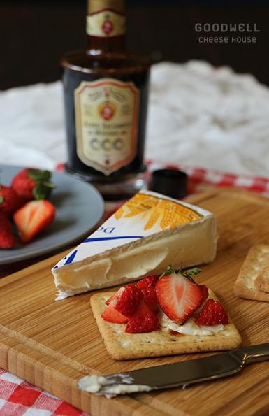 布利乳酪佐草莓